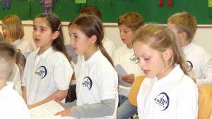 """Kinderchor Deuerling konzentriert bei der """"Arbeit"""" in der offenen Probe bei der Zukunftswerkstatt Laienchor des Bayerischen Sängerbundes"""