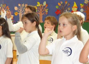Tonpfeile jagen durch die Aula der Schule - der Kinderchor bei der offenen Probe